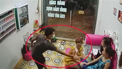 Clip: Nam thanh niên bất ngờ xông vào tiệm nail giở trò biến thái với nữ chủ tiệm