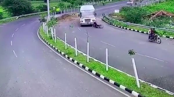 Clip: Bị gầm xe khách 'nuốt trọn', thanh niên xe máy thoát chết thần kỳ