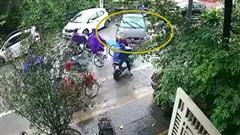 Clip: Thất kinh xem nữ tài xế tiến lùi loạn xa, tông thẳng vào người đi đường, nhân chứng hiện trường sợ hãi muốn bỏ chạy