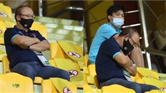 Hình ảnh HLV Park Hang-seo ngồi trên khán đài chăm chú theo dõi ĐT Việt Nam thi đấu gây xúc động