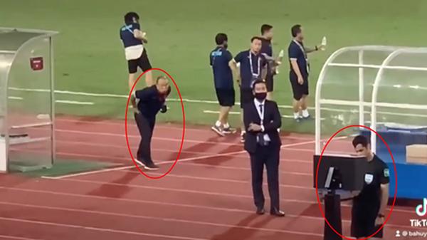 Khoảnh khắc cực 'cute': HLV Park Hang-seo đứng bên cạnh 'nhìn trộm' trọng tài check VAR