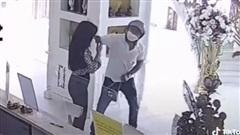 Clip: Cô gái ở thẩm mỹ viện bất ngờ bị người đàn ông giật túi xách, đấm đá túi bụi