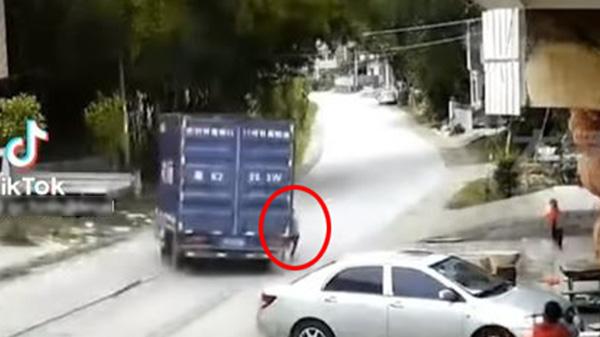 Clip: Cú bẻ lái 'thần sầu' của tài xế xe tải giúp em bé thoát khỏi 'tử thần' trong gang tấc