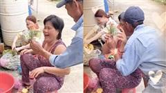 Clip siêu ngọt ngào: Người chồng lam lũ tặng vợ bó hoa dại chất chứa tình yêu kèm nụ hôn 'to đùng' ngày 20/10