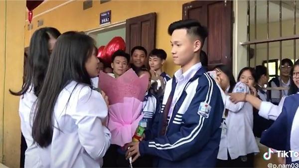 Màn tỏ tình với crush ngay trước lớp học, dù từ chối nhưng hành động của cô gái lại được khen ngợi hết lời
