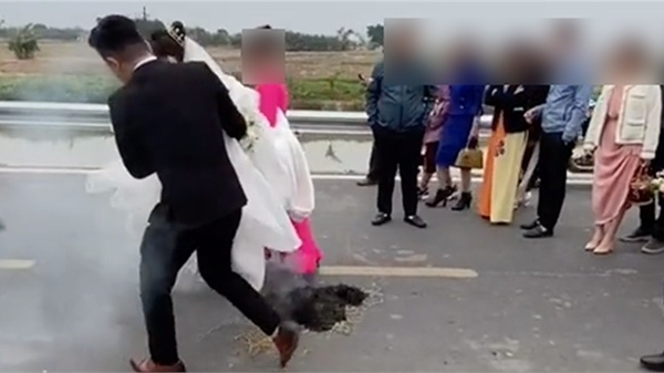 Clip đón dâu hút gần triệu lượt xem, dân mạng tranh cãi cảnh mẹ chồng dắt con dâu bước qua đám cháy mù mịt khói