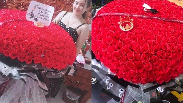 Yêu vợ như 'anh chồng quốc dân' ở Nghệ An: đánh xe rước 500 bông hoa về tặng bà xã dịp 8/3