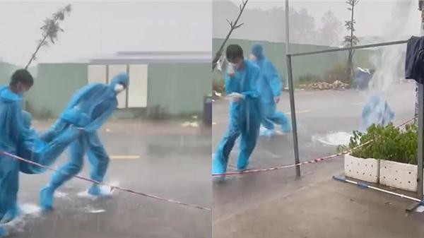 Clip: Gặp cơn mưa xối xả, nhóm tình nguyện viên chống dịch bày luôn trò chơi 'tuổi thơ dữ dội'