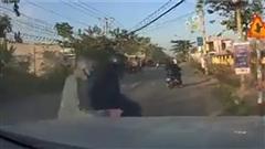 Giật điện thoại của tài xế ô tô, 2 tên trộm bị truy đuổi quyết liệt