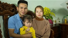 Gia đình Nguyễn Ngọc Mạnh ngại ngùng trước ống kính