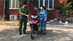 Công an trao tặng xe mới cho cô lao công bị 4 thanh niên cướp xe máy trong đêm