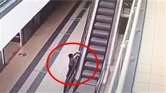 Bé trai 4 tuổi bị chấn thương sọ não vì đùa nghịch bám vào thành thang cuốn đang di chuyển