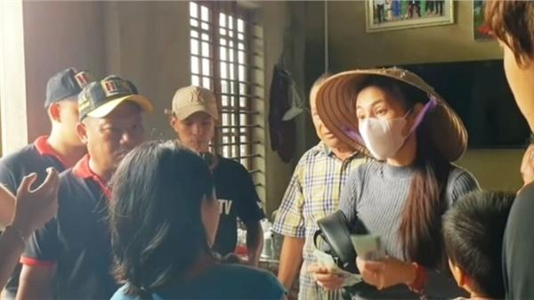 Hoài Linh, Thủy Tiên làm từ thiện ở Thừa Thiên - Huế: 'Mặt trận tỉnh đề nghị phối hợp nhưng họ không đồng ý'
