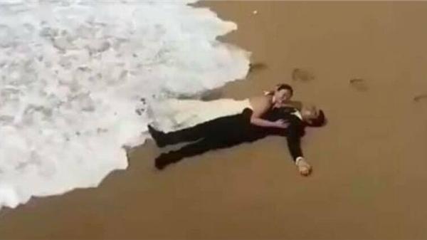 Clip: Đang chụp ảnh cưới ở bờ biển, sóng đánh suýt tuột cô dâu, chàng trai ngay lập tức có hành động khiến dân tình ngợi khen