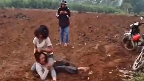 Xôn xao clip 2 nữ sinh lôi nhau ra bãi đất trống vật lộn, đánh nhau vì... nhìn thái độ thấy ghét