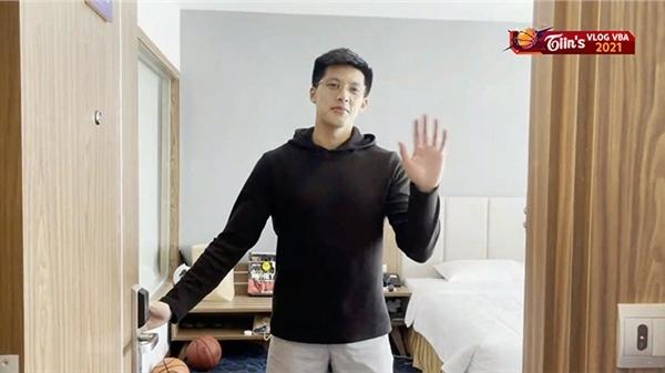 Tiin's vlog VBA 2021: 'Ngất lịm' trước loạt biểu cảm của 'cực phẩm 6 múi' đội Thang Long Warriors khi khoe giày chơi bóng rổ