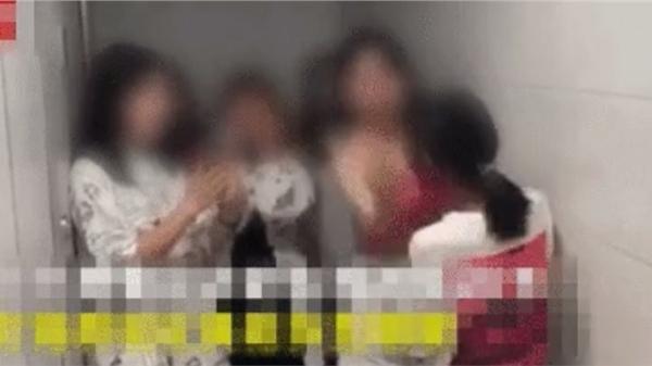 Clip phẫn nộ: Nữ sinh bị hành hung tập thể trong nhà vệ sinh, đứng im chịu trận 20 cái tát liên tiếp