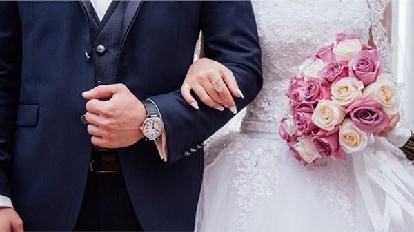 Bác sĩ ngoại tình với bệnh nhân ngay tại phòng khám, còn ngang nhiên cầu hôn rồi dẫn 'tiểu tam' đi chụp ảnh cưới