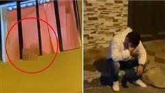 Chàng trai suy sụp ngồi trước căn hộ khi màn cầu hôn bất ngờ biến thành bắt quả tang bạn gái 'vụng trộm'