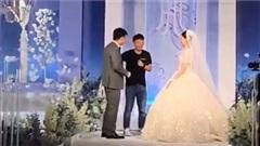 Bạnthân 'tỏ tình' với chú rể ngay trên sân khấu khiến cô dâu đứng hình còn khách mời cười nắc nẻ