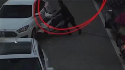 Phát hiện vợ cũ chở người đàn ông khác, chồng cũ ghen tuông tông xe điện vào ô tô và khai báo gian dối