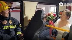 Cô gái đến trạm cứu hỏa cầu hôn bạn trai, biểu cảm 'đứng hình' của anh lính cứu hỏa khiến dân mạng thích thú