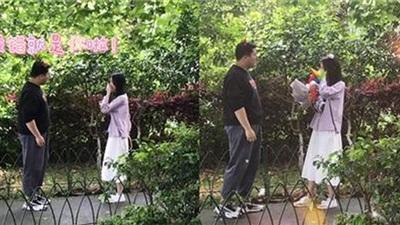 Chàng trai lần đầu gặp gỡbạn gái trên mạng, hồi hộp khi tặng hoa khiến dân mạng gato