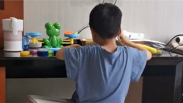 Ngày thứ 7 trong khu cách ly, cậu bé hăng hái học toán với chiếc cân khiến dân mạng thích thú