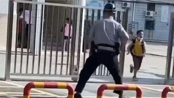 Cậu bé vừa được phụ huynh đưa đến trường, lập tức có màn 'quay xe' khiến bảo vệ tóm gọn