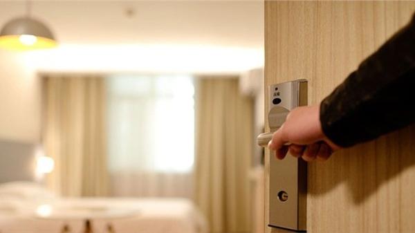 Về nhà thấy cửa khóa trái, chồng bấm chuông 20 phút vợ mới ra mở cửa, kẻ đáng ngờ lại ở bên trong