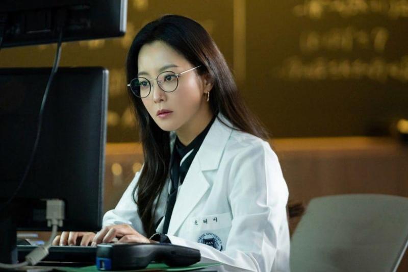 Tái xuất đại thành công với 'Xứ sở Alice', Kim Hee Sun không đi dự lễ trao giải vẫn được 'ship' cúp tận nhà 2