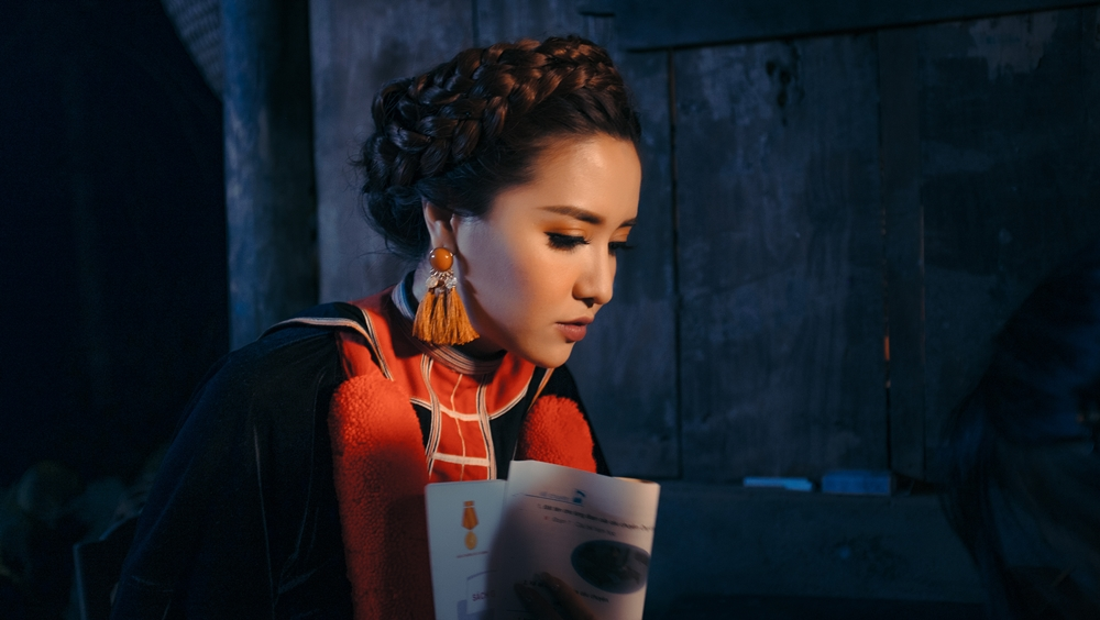 Bích Phương trong MV.