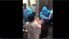 Clip: Người dân ẩu đả với nhân viên y tế lấy mẫu xét nghiệm Covid-19