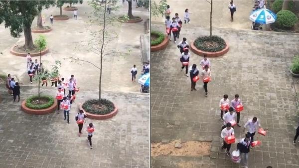 Lớp học khoe quà 20/10: Cả dàn trai đẹp bê hộp quà đỏ chót từ sân trường vào như bê tráp đi hỏi vợ