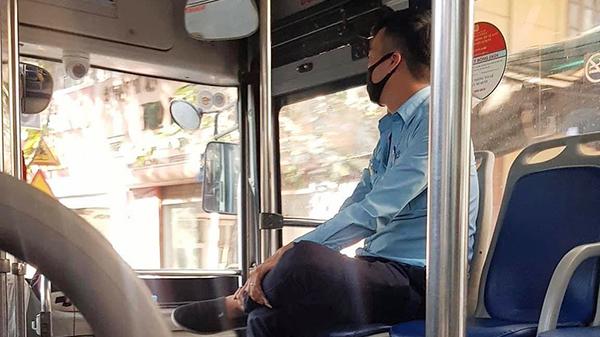 Người phụ nữ bán hàng rong vừa bước lên xe buýt, anh phụ xe có hành động lặng lẽ làm 'tan chảy' trái tim bao người